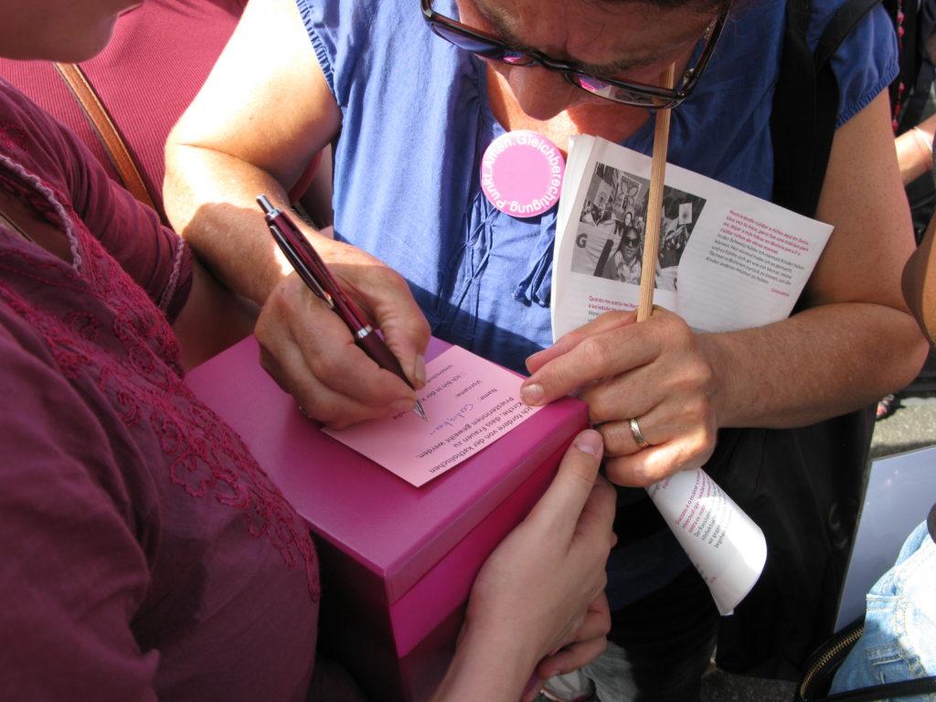 Basel: Mitten im Gedränge wurden auch Unterschriften für die Weihe von Frauen zu Priesterinnen und für die Aufhebung des Pflichtzölibats gesammelt.  | © Christian von Arx