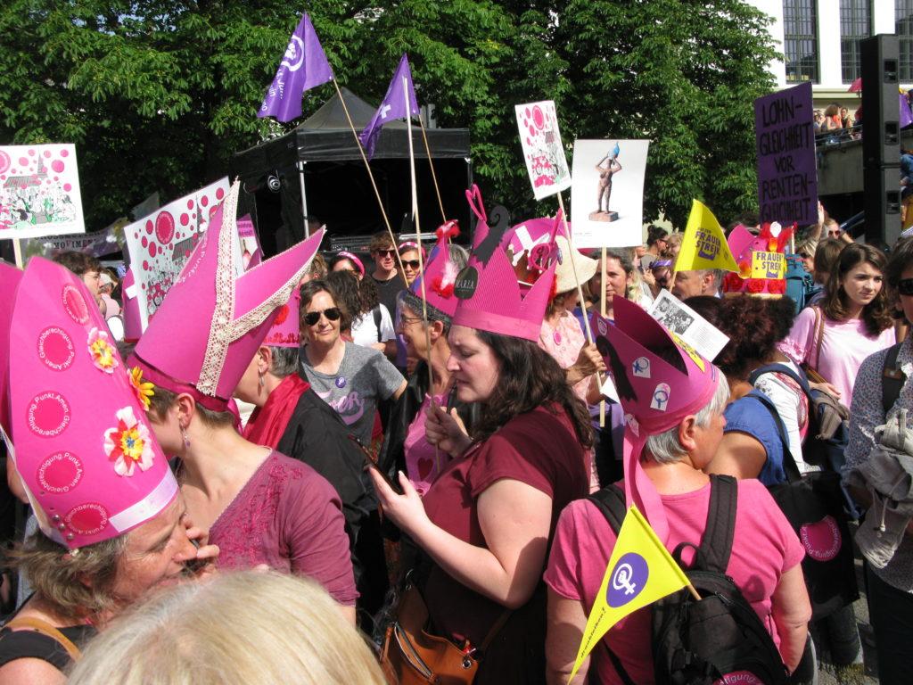Basel: Mit den pinken Mitren machten sich die Kirchenfrauen in der Menge des Frauenstreiks sichtbar. | © Christian von Arx