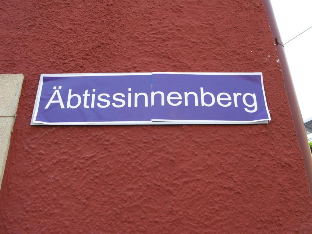Basel: Am Frauenstreiktag waren viele Strassennamen geändert – aus dem Klosterberg wurde der Äbtissinnenberg.  | © Christian von Arx