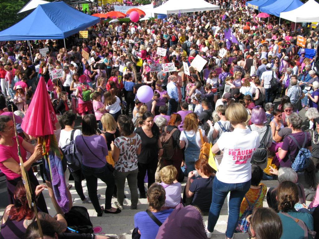 Basel: Riesige Frauendemonstration auf dem Theaterplatz – und mittendrin die Kirchenfrauen. | © Christian von Arx