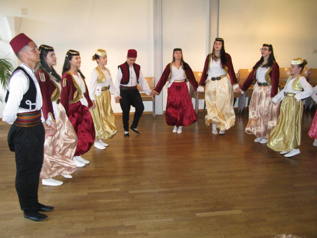 Bosnische Tanzgruppe am Anlass des Interreligiösen Forums Basel auf dem Lindenberg. | © Christian von Arx
