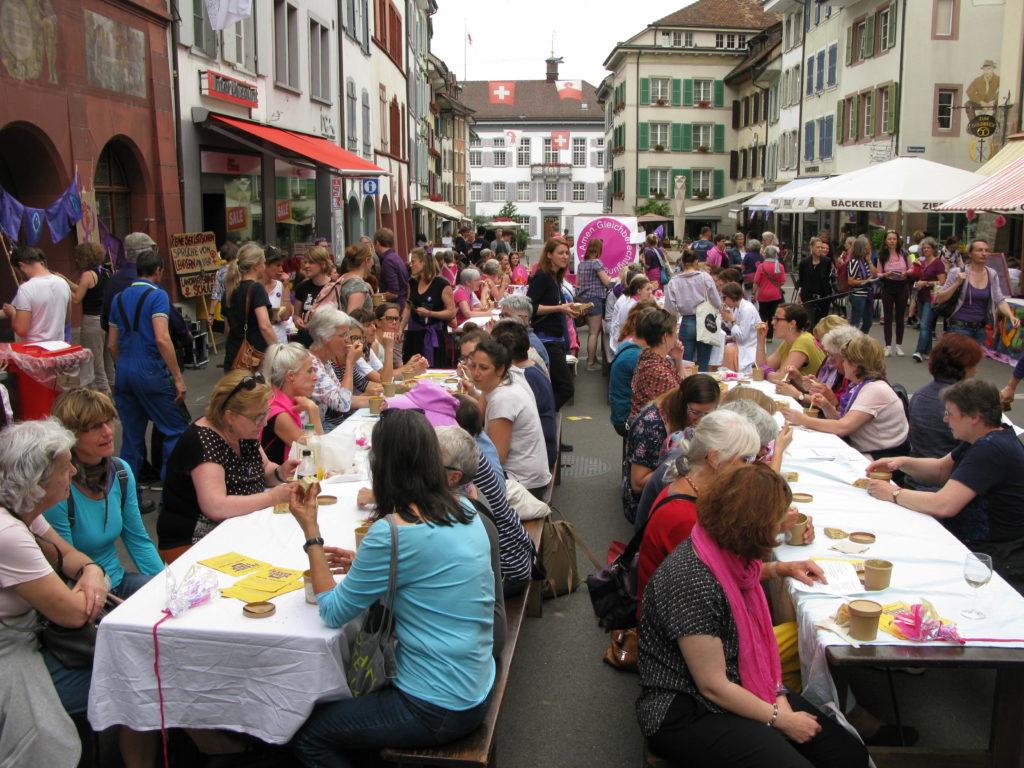 Liestal: Feststimmung um die Mittagszeit auf der Rathausstrasse. | © Christian von Arx