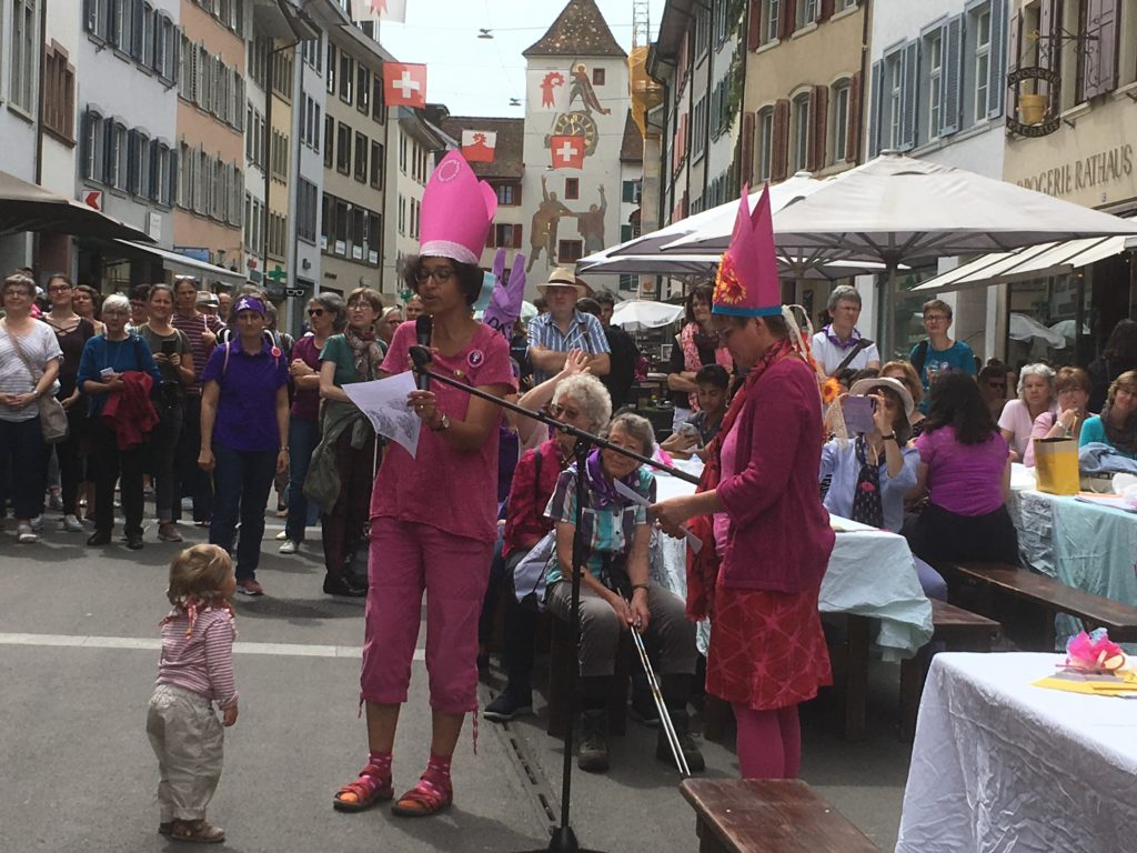 Liestal: Am Frauenstreik im Stedtli ertönten die Forderungen der Kirchenfrauen am Offenen Mikrofon. | © Béatrice Bowald