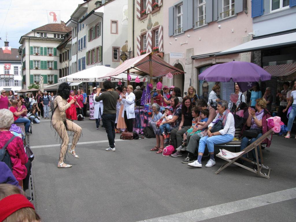 Liestal: Der Frauenstreik wurde mit einer Pantomime eröffnet.  | © Christian von Arx