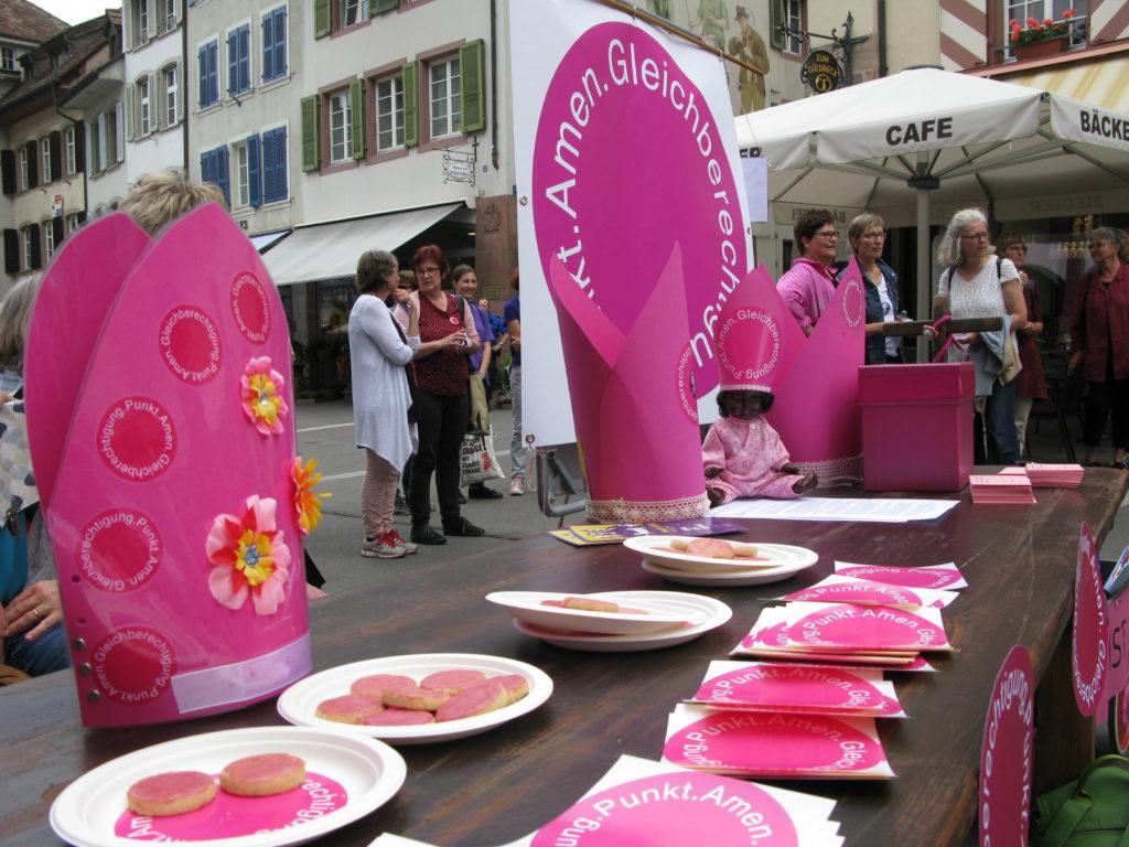 Liestal: Pinke Mitra, pinke Gutzi, pinker Punkt: «Gleichberechtigung.Punkt.Amen»  | © Christian von Arx