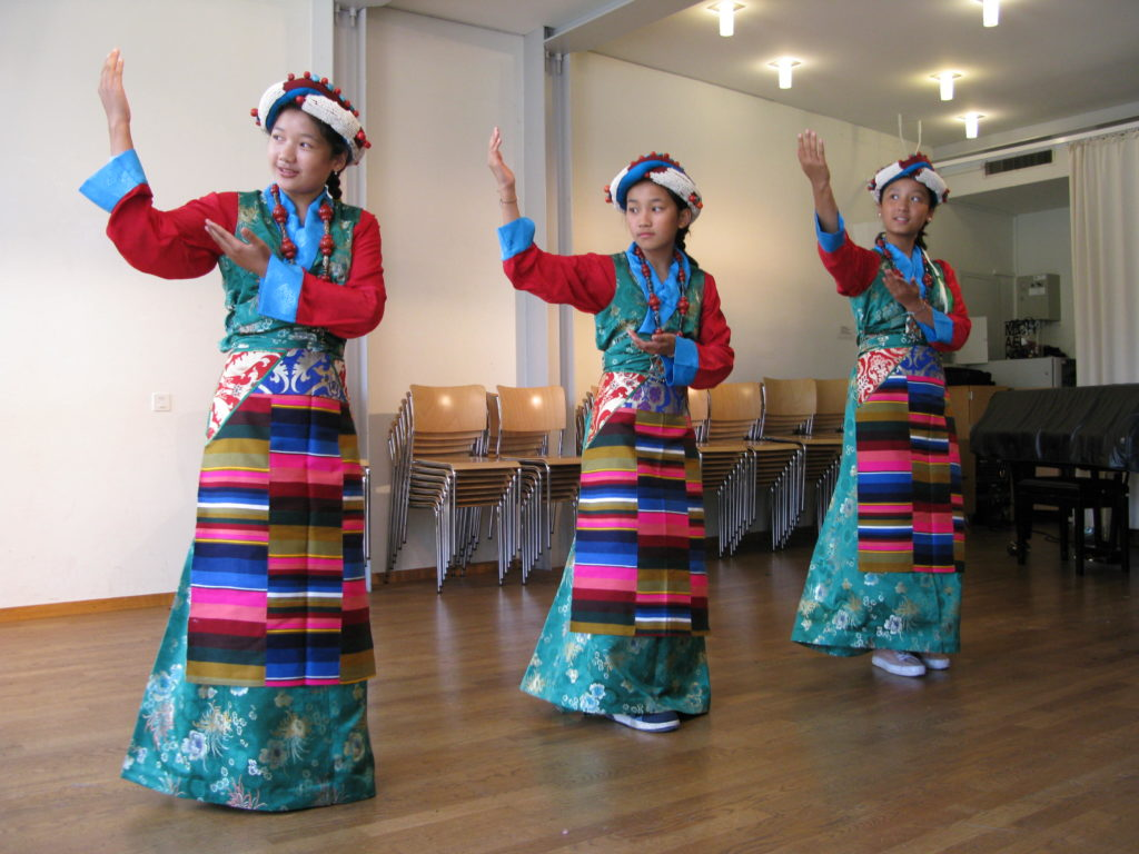 Tibetische Tanzgruppe am Anlass des Interreligiösen Forums Basel auf dem Lindenberg. | © Christian von Arx