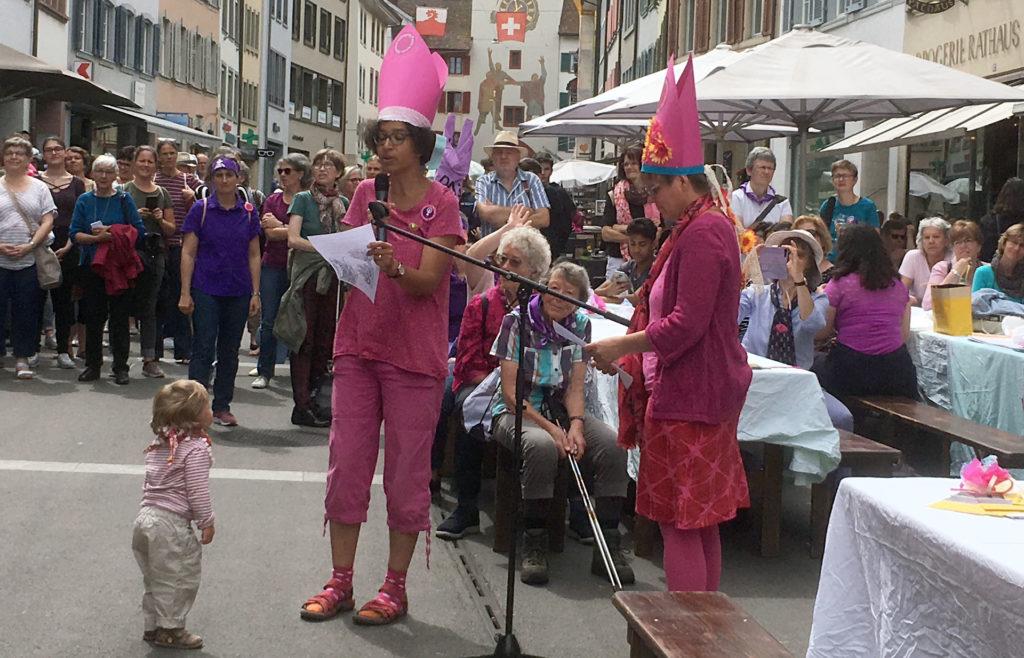 Am Frauenstreik im Stedtli ertönten die Forderungen der Kirchenfrauen am Offenen Mikrofon. | © Béatrice Bowald