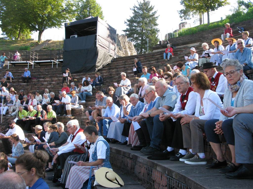 Im Publikum auf den Stufen des Römertheaters stachen die Trachten ins Auge. | © Christian von Arx