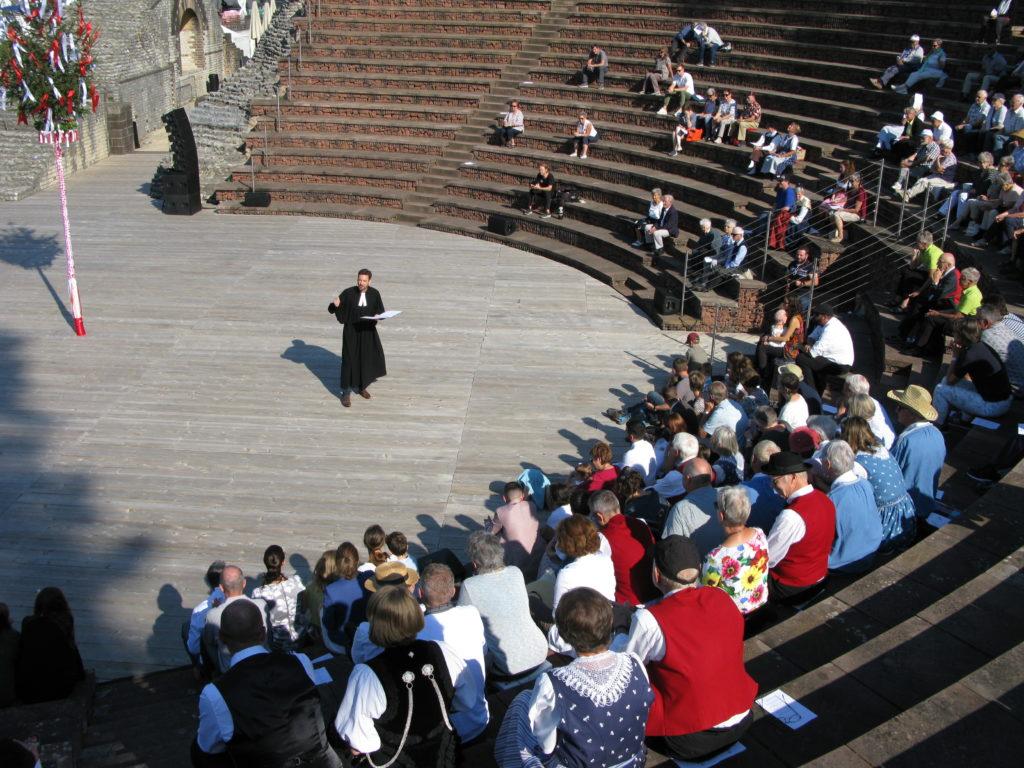 Pfarrer Daniel Baumgartner bei seiner Predigt über das Tanzen. | © Christian von Arx