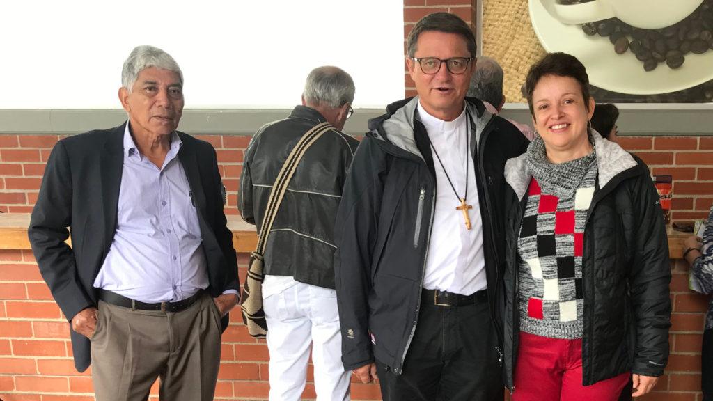 Bischof Felix Gmür mit Yolima Salazar an der Vorsynode der kolumbianischen Bischofskonferenz zur Amazonassynode. | © Markus Brun/Fastenopfer