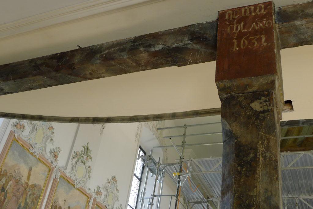 Die Inschrift auf dieser Holzstütze belegt das Weihejahr 1631. | © Regula Vogt-Kohler