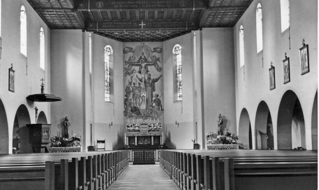1932/35: Innenraum der Kirche Franz Xaver als Wegekirche, mit Mittelgang zum Hochaltar.   © zVg