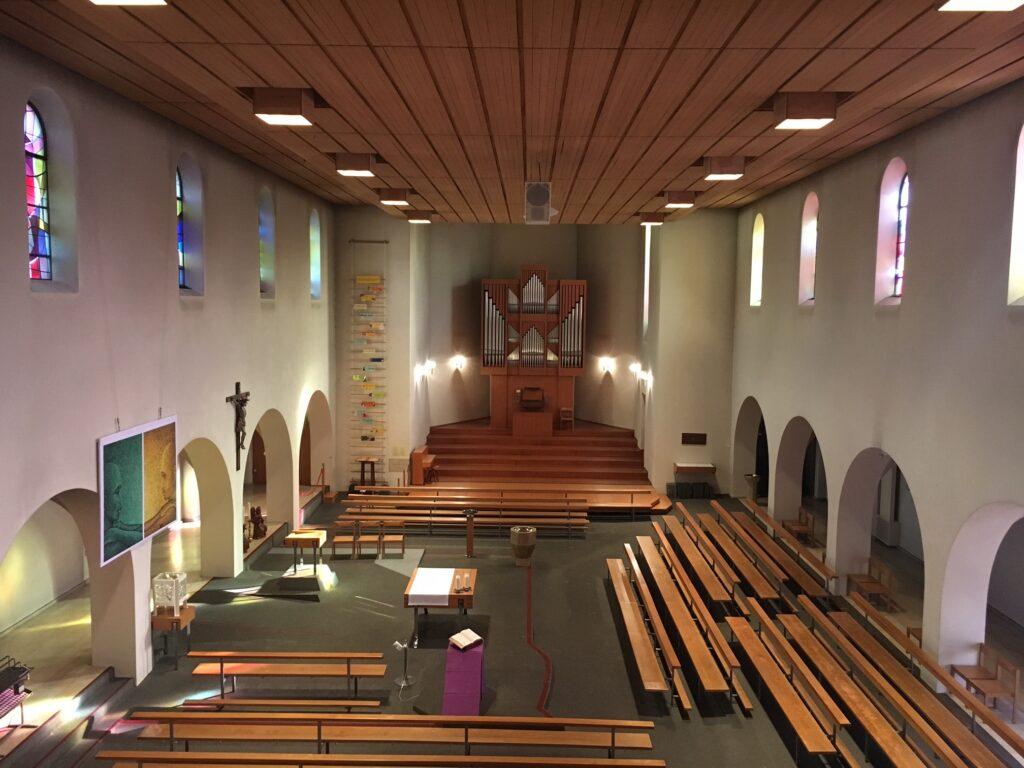 1971: Arenakirche mit zentralem Altar, Blickrichtung des Liturgen quer zum Kirchenschiff.   © zVg