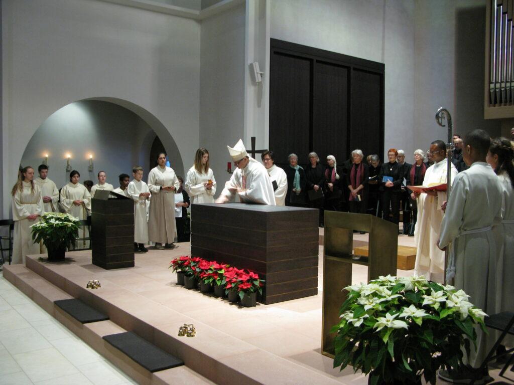 Bischof Felix salbte den neuen Altar mit Chrisamöl, das auch bei einer Taufe verwendet wird.   © Christian von Arx
