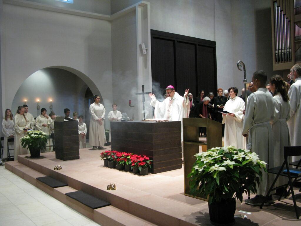 Zum Duft des Weihrauchs sprach Bischof Felix die Segensworte für den neuen Altar.   © Christian von Arx