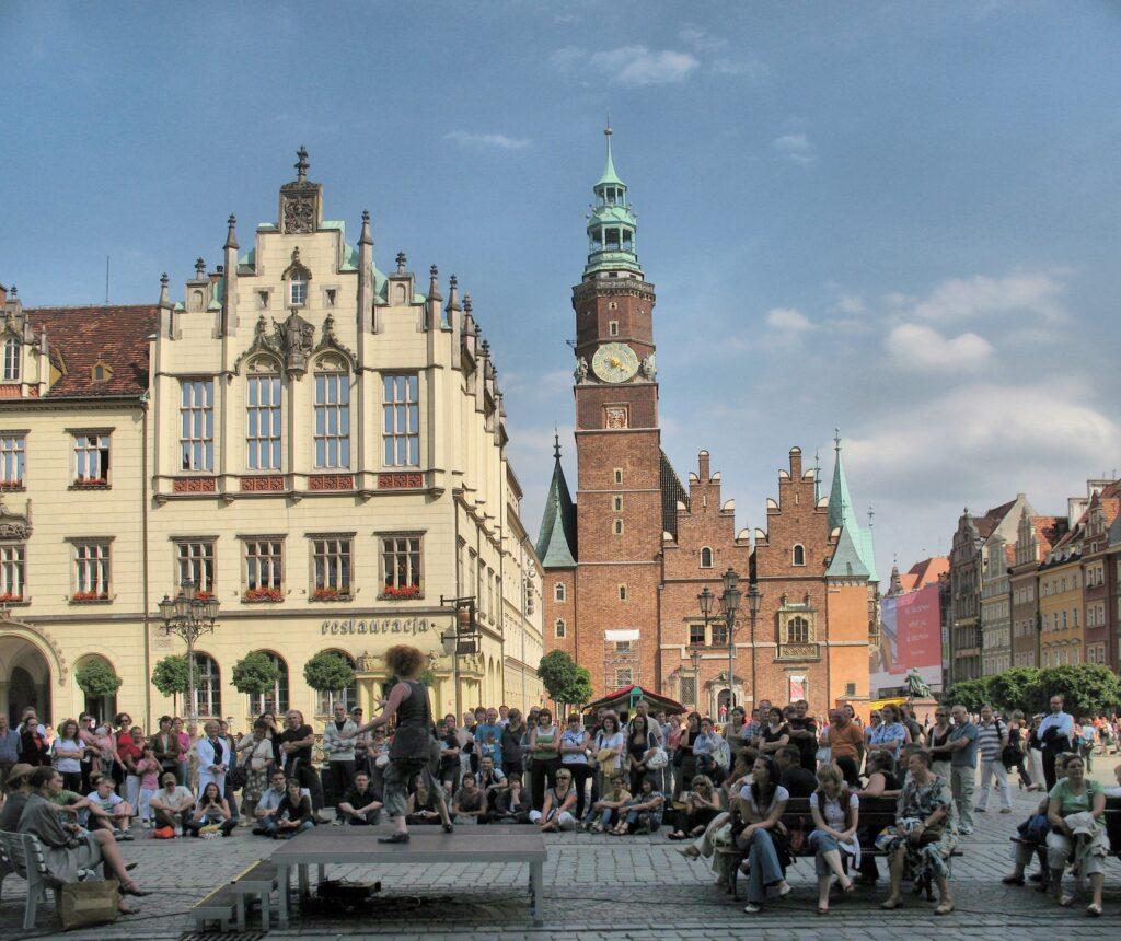 Strassentheater auf dem Marktplatz von Breslau. | © wikimedia / wohylek