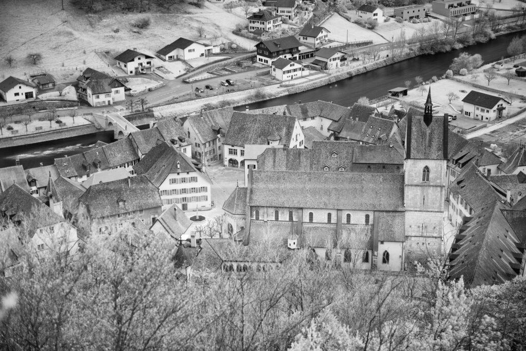 St-Ursanne im Winterfrost: Stiftskirche des 12. bis 14. Jahrhunderts in der mittelalterlichen Stadtanlage.  | © David Coutrot