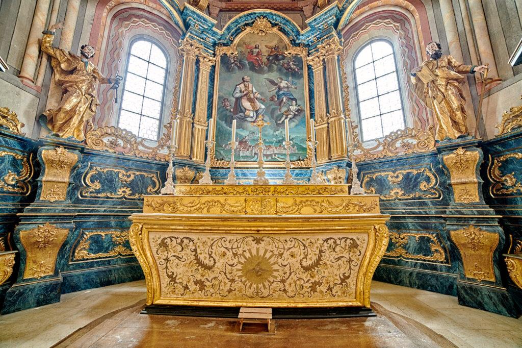 Die Reliquien von Ursicinus befinden sich im Sarkophag unter dem Hauptaltar der Stiftskirche.  | © David Coutrot