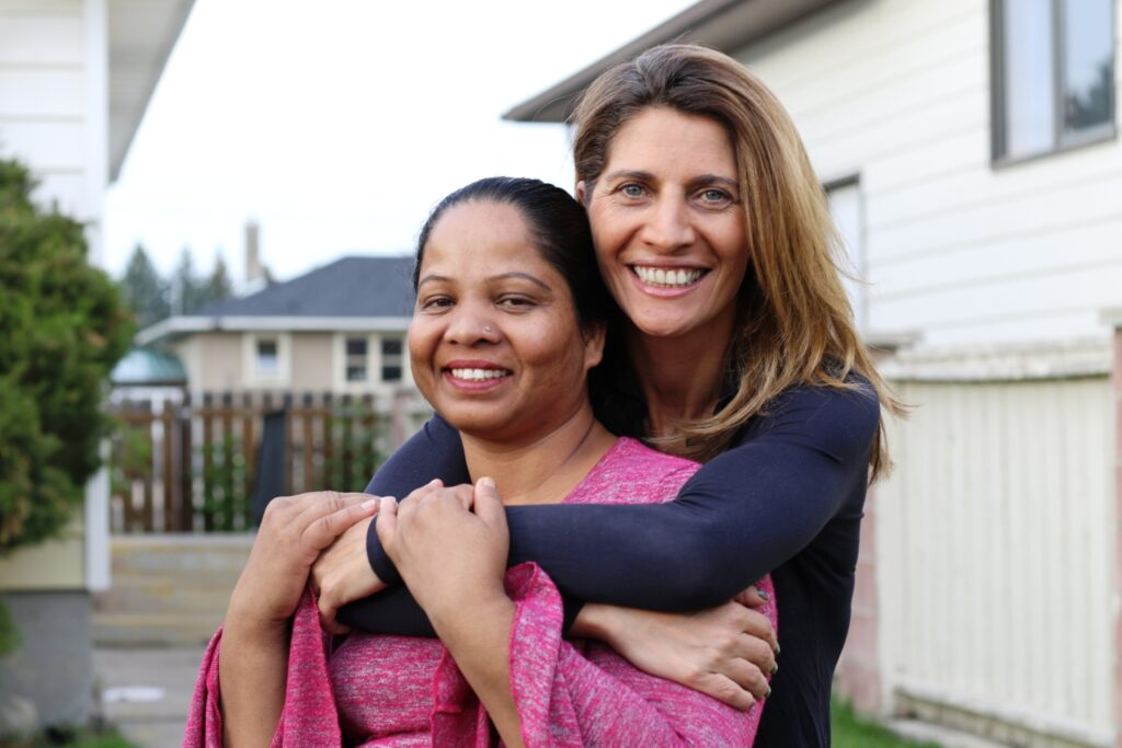 Die französische Journalistin Anne-Isabelle Tollet zusammen mit Asia Bibi. | © François Thomas