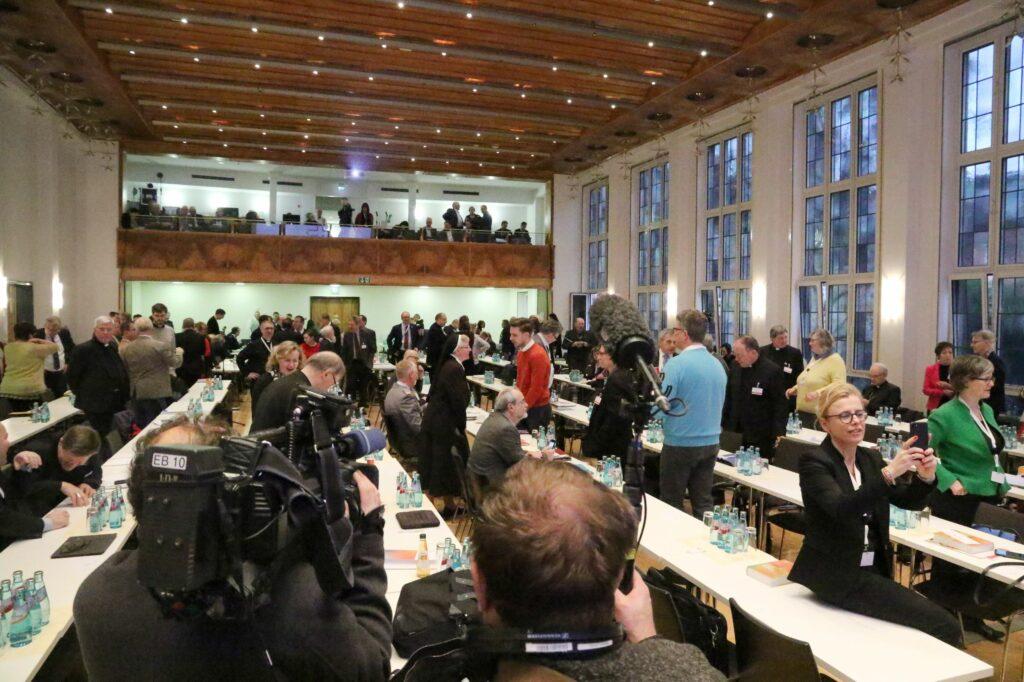 Blick in den Versammlungssaal der Synodalversammlung im Dominikanerkloster in Frankfurt am Main. | © Synodaler Weg/Malzkorn