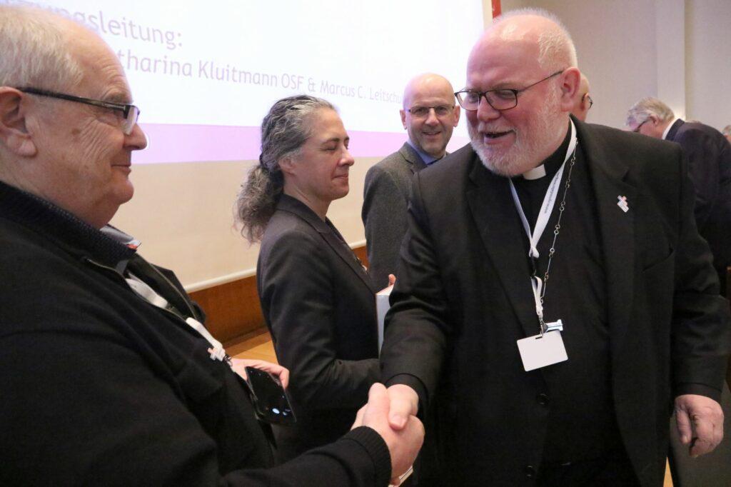Kardinal Reinhard Marx (re.) mit Beobachtern aus den Nachbarländern, darunter Daniel Kosch von der Römisch-Katholischen Zentralkonferenz der Schweiz (3.v.l.).  | © Synodaler Weg/Malzkorn