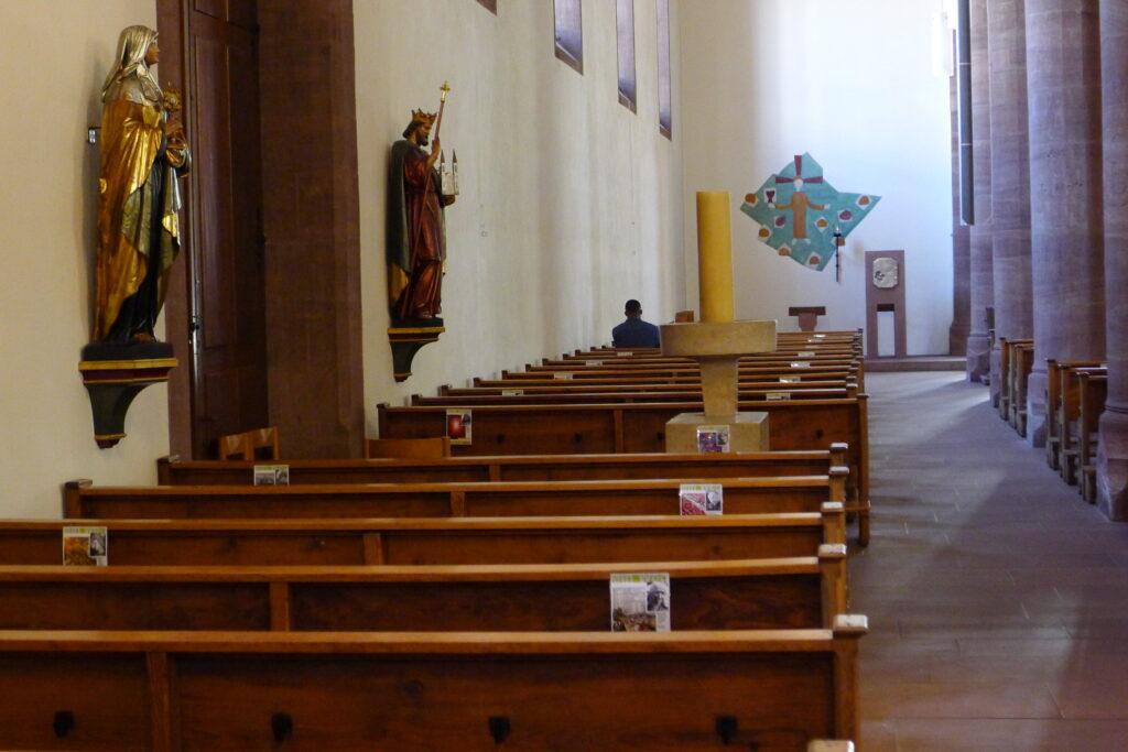 Bilder markieren die Plätze in der Basler Kirche St. Clara. | © Regula Vogt-Kohler
