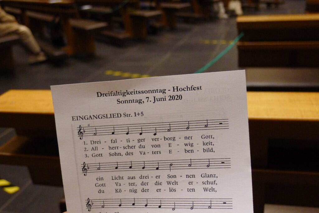 Singen in Coronazeiten: Wo es Gemeindegesang gibt, sind oft Liedblätter statt Gesangbücher in Gebrauch. | © Regula Vogt-Kohler