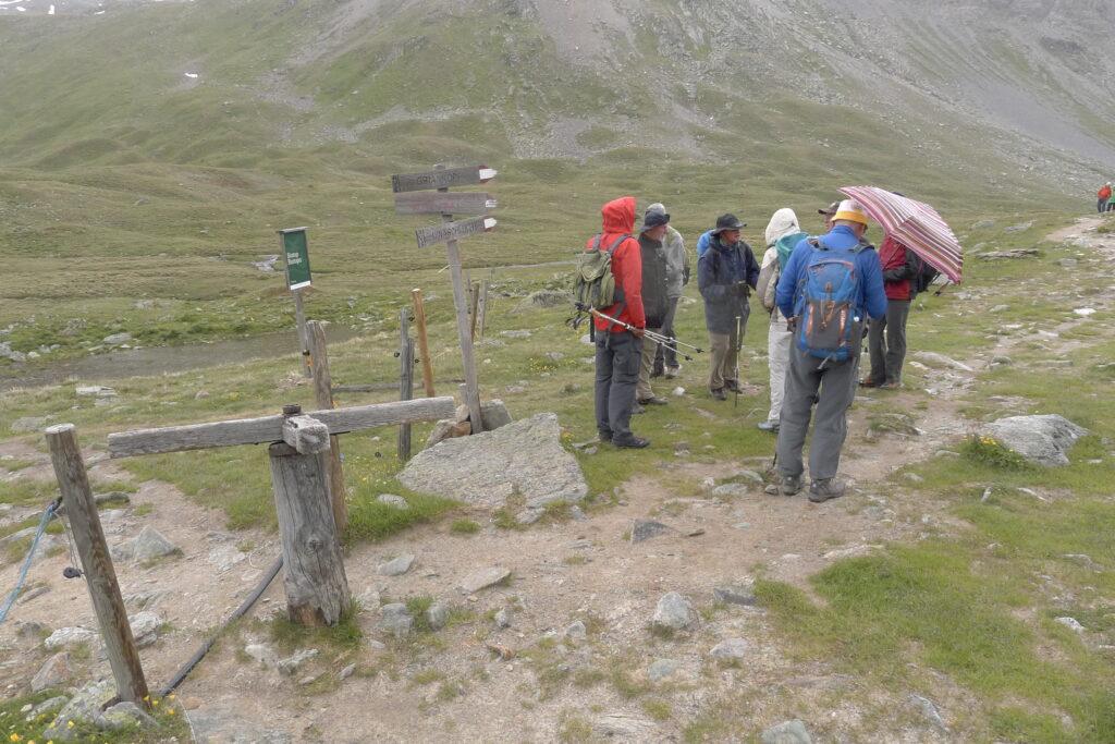 Wandergruppe auf der Alp Sursass: Rechts geht es in Richtung Uinaschlucht und Unterengadin, links in Richtung Schlinigtal und Vinschgau. | © Regula Vogt-Kohler