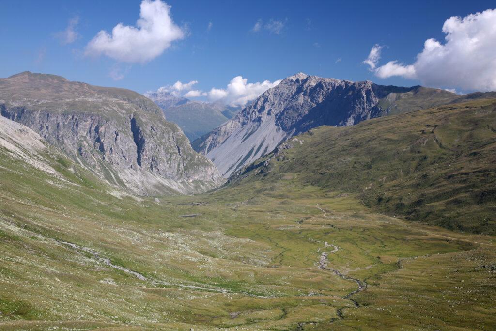 Hier oben grenzt die Schweiz an Italien: Blick auf die Hochebene der Alp Sursass in Richtung Uinaschlucht. | © Daniel Schwen/wikimedia