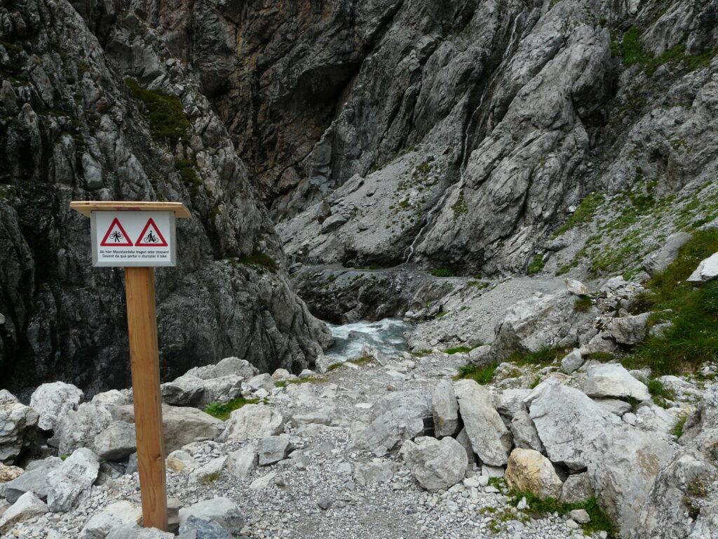 Der obere Zugang zur Uinaschlucht: Ab hier muss das Velo getragen oder gestossen werden. | © Whgler/wikimedia
