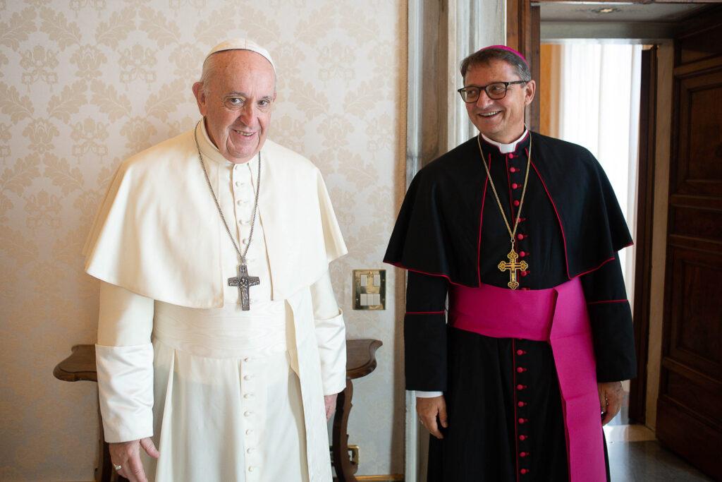 Lächeln für die Kamera: Papst Franziskus und Bischof Felix Gmür beim Fototermin für die Privataudienz vom 29. August. | © Vatican Media/Romano Siciliani/kath.ch