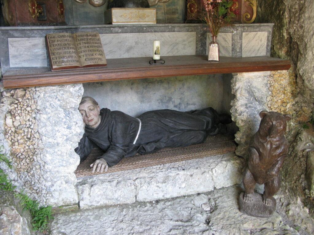 Am Felsen oberhalb von Kirche und Stadt befindet sich eine Nische zu Ehren des hl. Ursicinus, der hier als Einsiedler gelebt haben und im Jahr 620 gestorben sein soll. Nach der Legende wurde der Eremit von einem Bären mit Nahrung versorgt. | © Christian von Arx