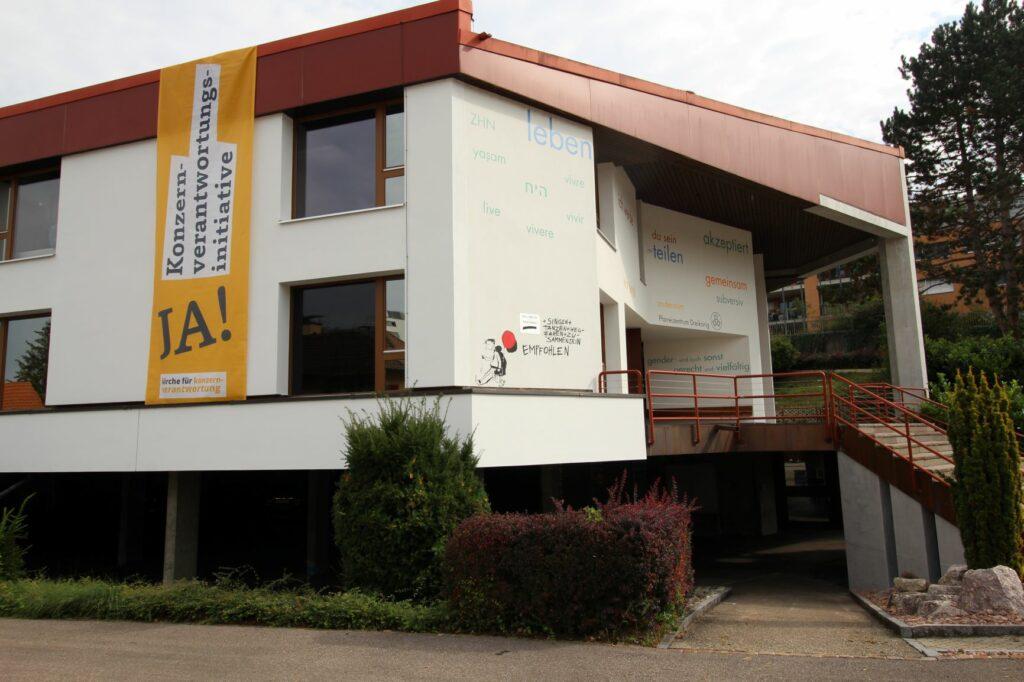 Das Pfarrei- und Begegnungszentrum Dreikönig in Füllinsdorf ist eines der kirchlichen Gebäude, an denen sichtbar für die KVI Stellung bezogen wird.  | © Verein Konzernverantwortungsinitiative