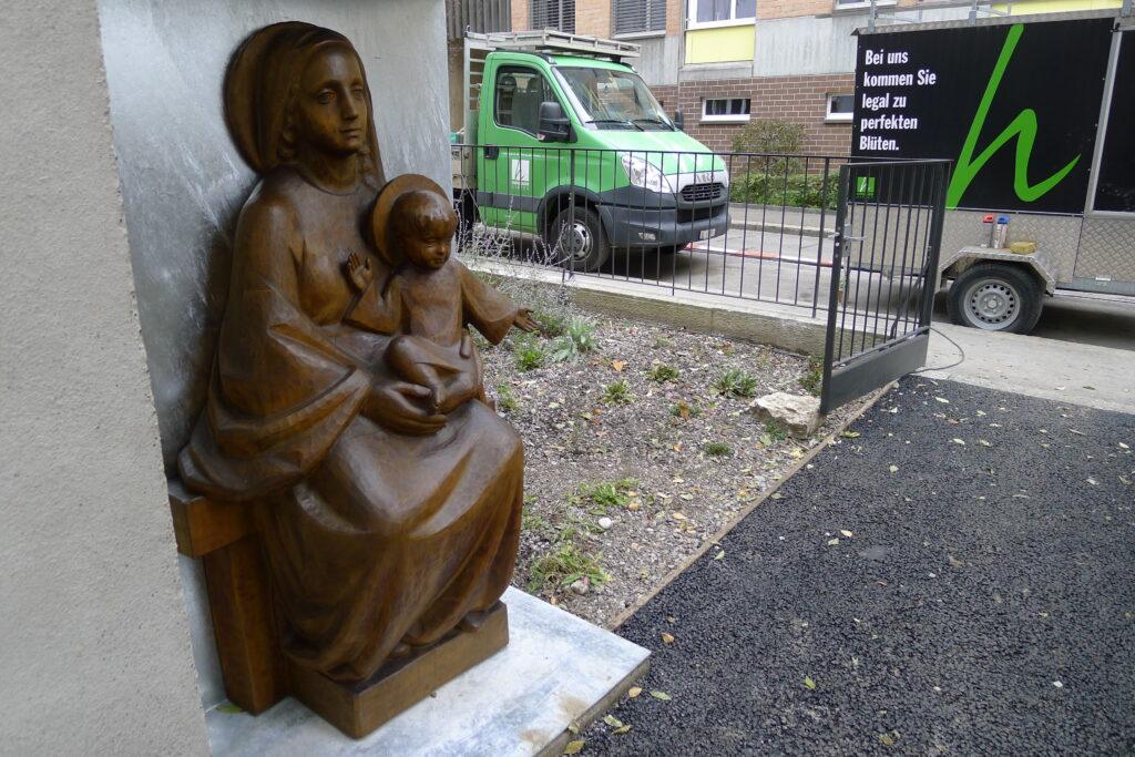 Die Madonna aus der Kapelle Don Bosco steht nun draussen. | © Regula Vogt-Kohler