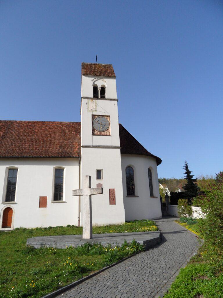 Auch die katholische Kirche in Hofstetten ist Nikolaus von Myra geweiht. | © wikimedia/gestumblindi