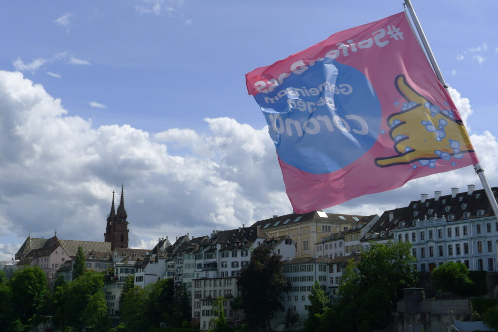 Basel am 24. Mai 2020. Die Beflaggung der Mittleren Brücke weist auf eines der zentralen Gebote hin: Hände waschen. | © Regula Vogt-Kohler