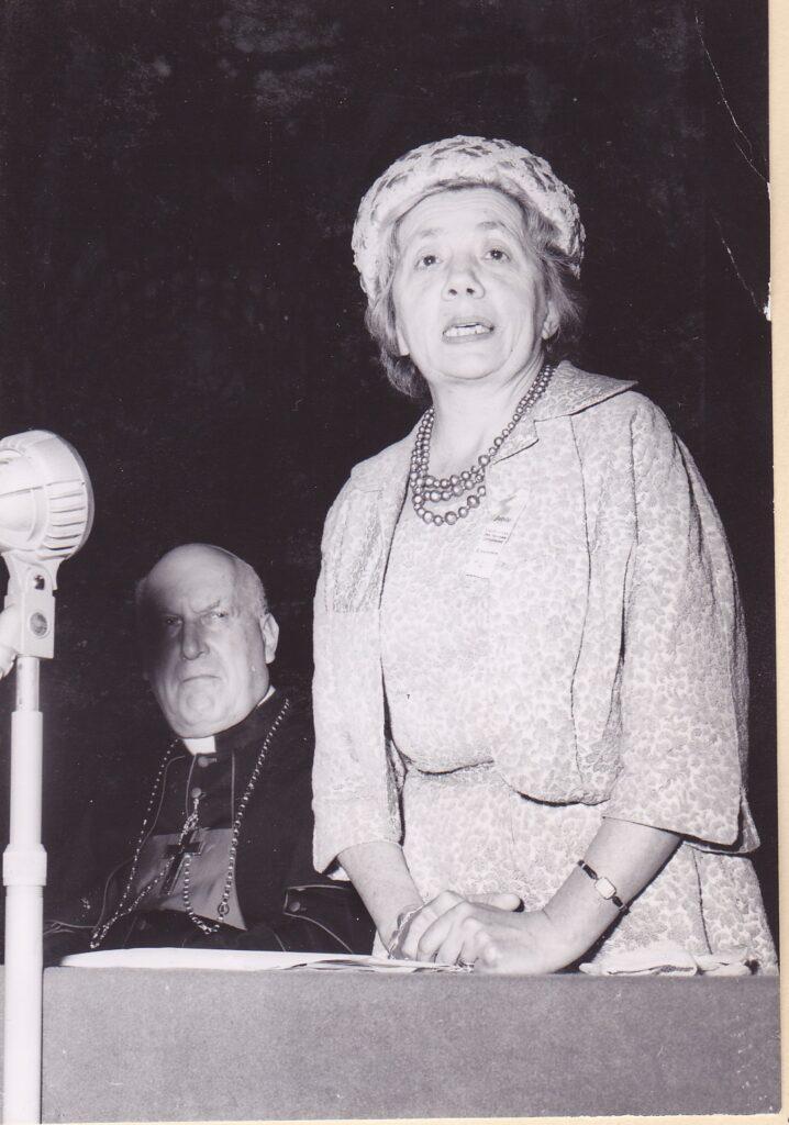 SKF-Zentralpräsidentin Yvonne Darbre (Lausanne) an der Jubiläums-Delegiertenversammlung 1962 in Einsiedeln, kritisch verfolgt von Bischof Franz von Streng. | © SKF