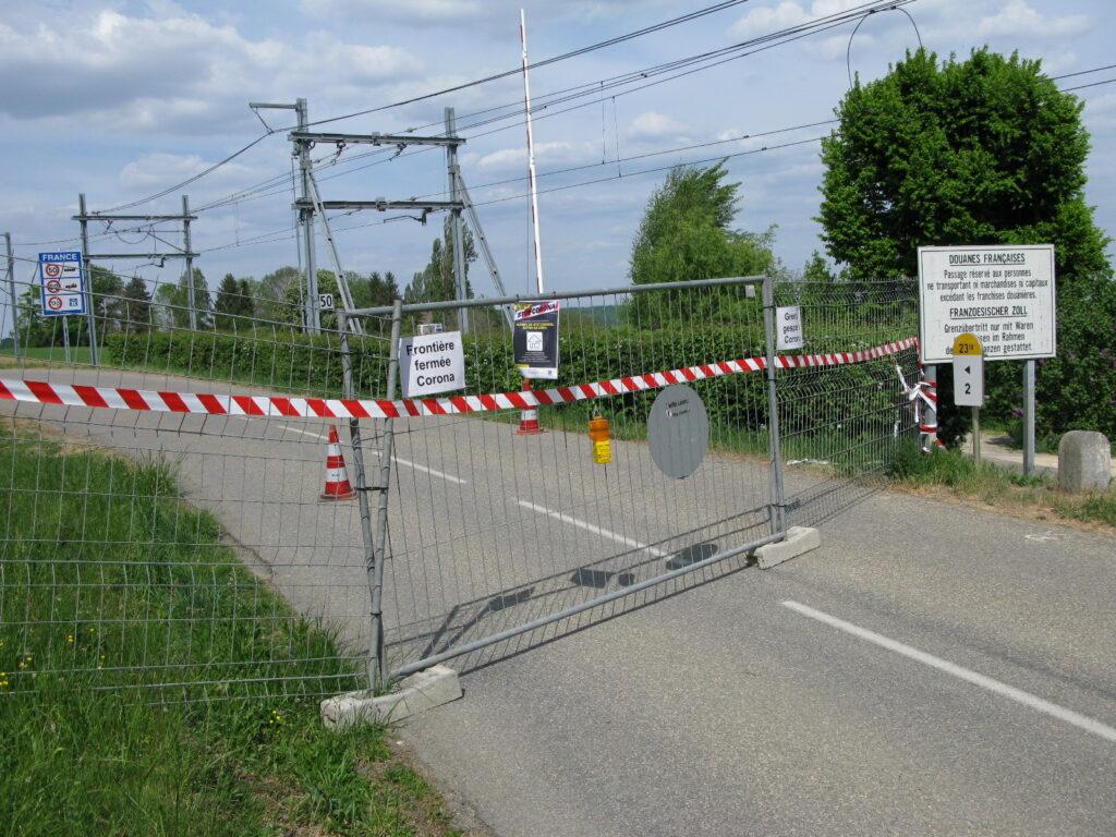 Im hinteren Leimental am 24. April 2020: Die Strasse zwischen Flüh und Leymen ist gesperrt. | © Christian von Arx
