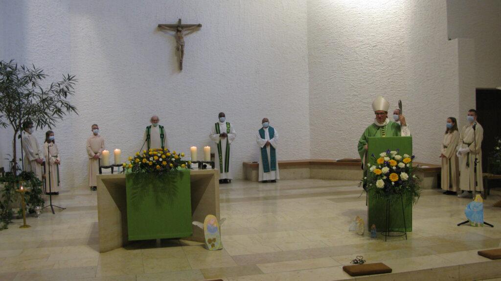 Der formelle Akt war kurz: Bischof Felix Gmür erklärte den Pastoralraum am Blauen für errichtet. | © Christian von Arx