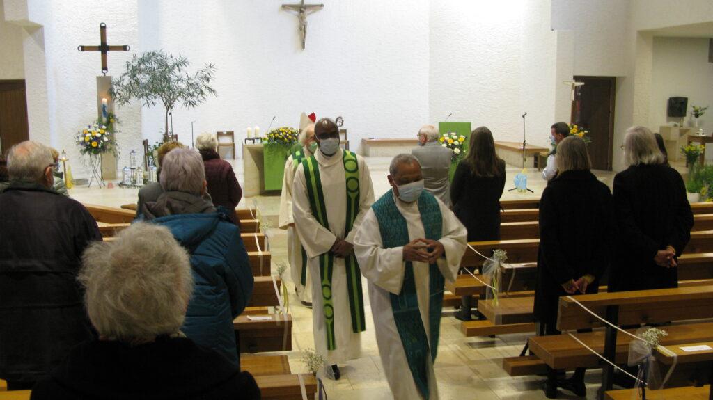 Der leitende Priester Adolf Büttiker Sanar (vorn), Bischofsvikar Valentine Koledoye und der emeritierte Pfarrer Franz Kuhn beim Auszug. | © Christian von Arx