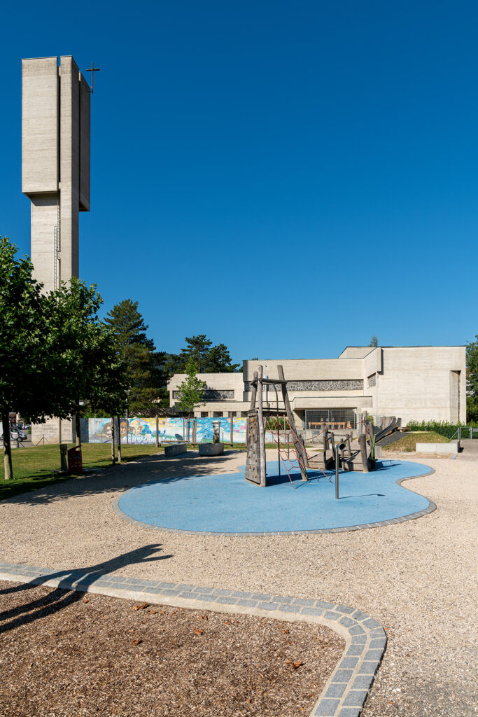 Die Kirche Notre-Dame de la Prévôté wurde 1963 bis 1967 nach Plänen des Basler Architekten Hermann Baur für die stark gewachsene katholische Gemeinschaft in Moutier erbaut. Bereits 1871 war eine erste katholische Kirche nach der Reformation geweiht worden.    © Roland Zumbuehl/wikimedia