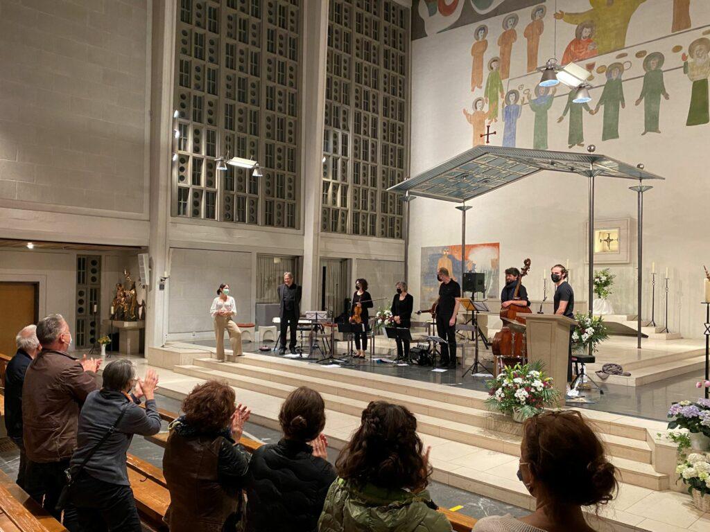 Begeisterter Applaus für die Oltner Irish-Folk Band Crónán in der Kirche St. Marien. | © Antonia Hasler