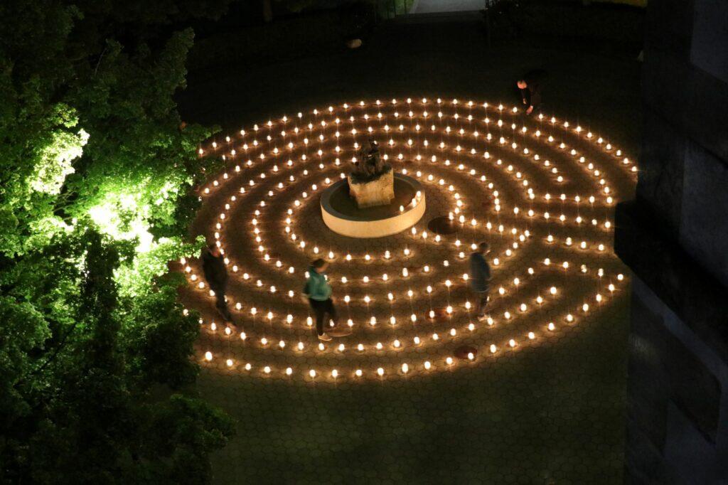 Labyrinth vor der Kirche St. Josef in Aesch: Der von Kerzen markierte Weg führt zum Brunnen in der Mitte und zur eigenen Innerlichkeit. | © Urs Henner