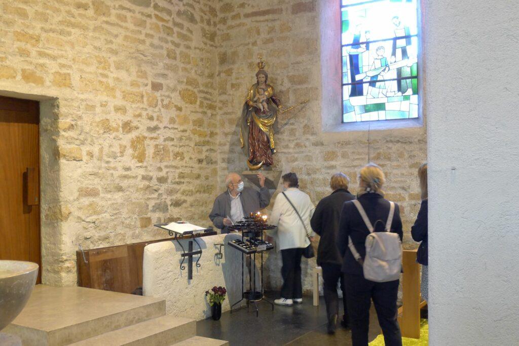 Oberwil: Abstieg in die Krypta der Kirche St. Peter und Paul – ein Teil der Führung unter dem Titel «Vom römischen Tempel bis Hans Arp». | © Regula Vogt-Kohler