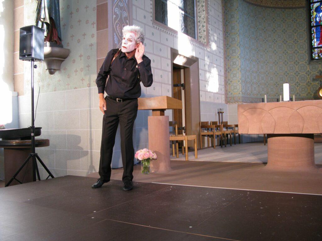 Sissach, pantomimische Predigt mit Christoph Schwager: Der Prophet Elija hört ein sanftes, leises Säuseln, aus dem Gott ihn beim Namen ruft: Was willst du hier, Elija? | © Christian von Arx