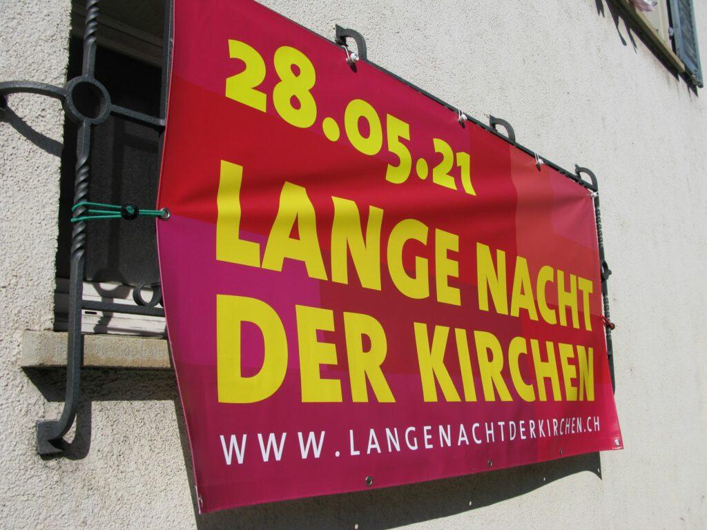 Liestal: An der Rheinstrasse lädt ein Banner zur Langen Nacht der Kirchen ein. | © Christian von Arx