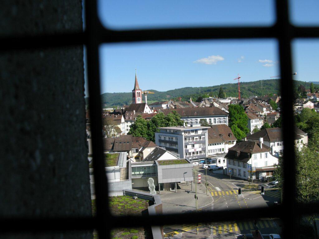 Liestal: Schöner Blick aufs Stedtli mit der reformierten Stadtkirche, aus dem Turm der 1961 erbauten katholischen Kirche Bruder Klaus. | © Christian von Arx