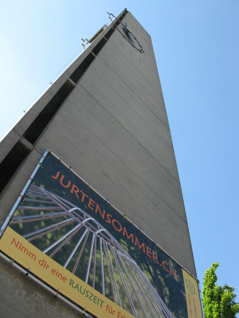 Liestal: Am Kirchtum, der im Rahmen der Langen Nacht der Kirchen ausnahmsweise zugänglich war (mit Führung durch die Theologin Simone Rudiger), prangt das Banner für den alljährlichen «Jurtensommer».  | © Christian von Arx
