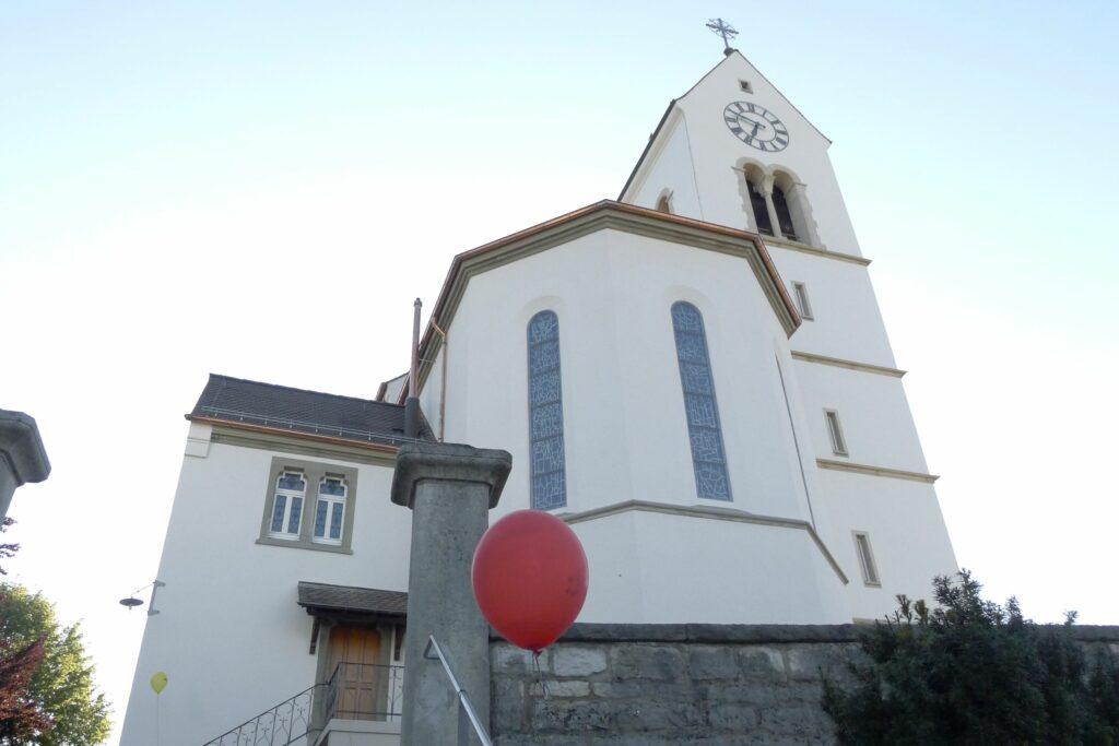 In Oberwil weisen bunte Ballone en Weg zur Kirche Peter und Paul. | © Regula Vogt-Kohler