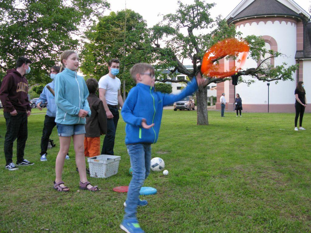 Sissach: Kinder und Jugendliche beteiligten sich an den Spielen mit JuBla-Schar auf der Wiese vor der katholischen Kirche. | © Christian von Arx